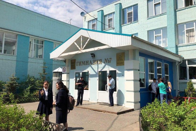 Подросток взял в заложники свой класс и учителя в российской школе