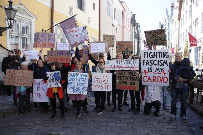 """ФОТО: Марин Ле Пен в Таллинне встретили протестной акцией. Она показала жест """"ОК"""""""