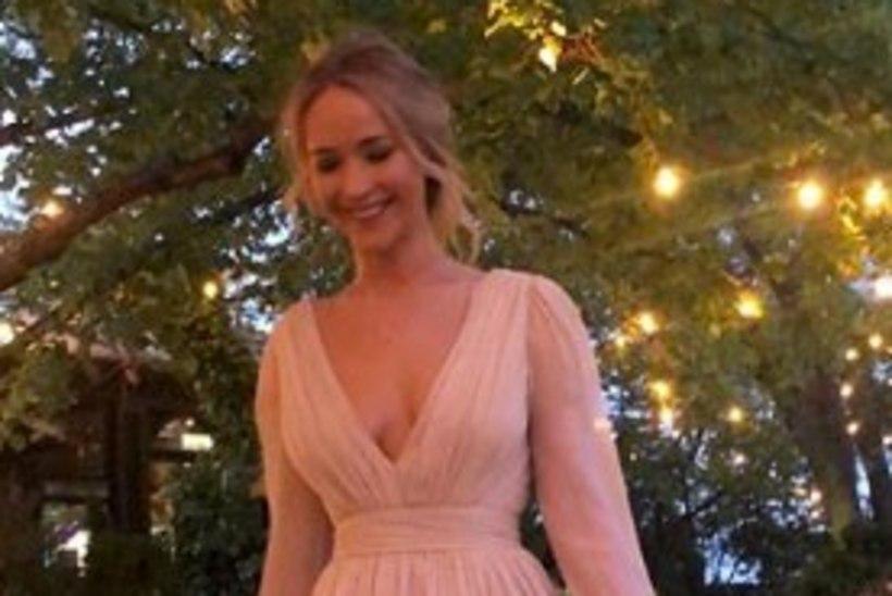 Jennifer Lawrence kandis oma kihluspeol roosat pruutkleiti
