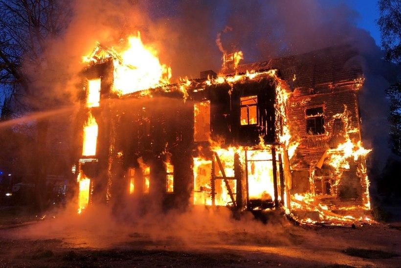 FOTOD | Tartus põlesid tühjalt seisvad puitmajad