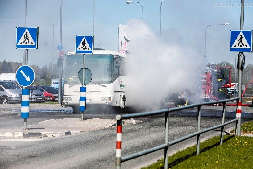 VIDEO | Põlevast bussist mudilasi päästnud õpetaja: olin paanikas, aga ei saanud ju lastele oma hirmu näidata