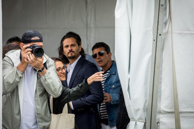 GALERII | ÕL CANNES'IS: vallatu Banderas korraldas kaamerate ees vägeva sõu ja kostitas Cruzi magusa põsemusiga