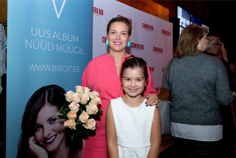 """ESINEJAGEENID LÕID VÄLJA: uues koguperemuusikalis """"Uksed"""" teeb näitlejadebüüdi Luisa Rõivase tütar Miina Rihanna"""