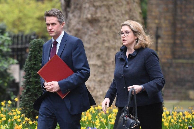 Peaminister May kaitseministrile: korja oma asjad kokku ja kõnni minema!