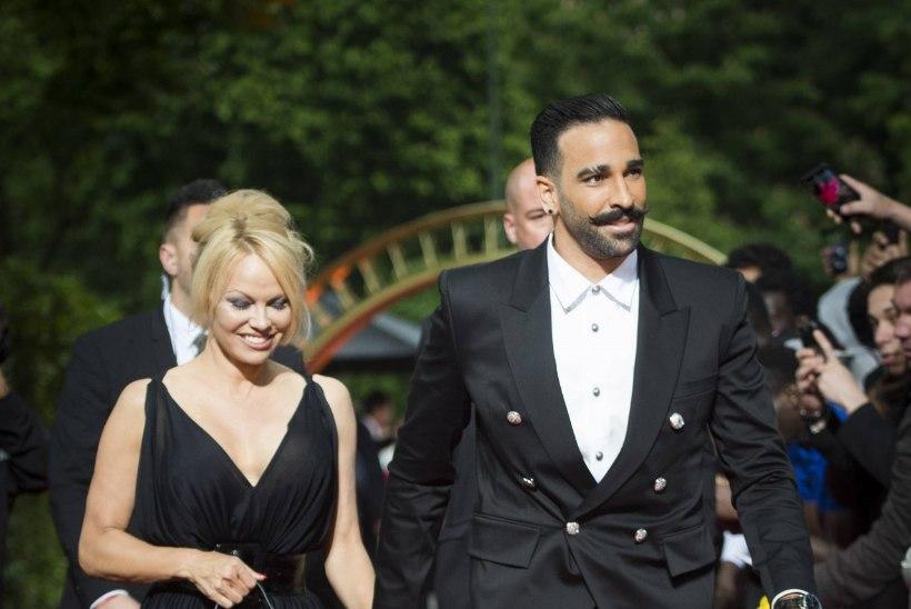 FOTOD | Sekspomm Pamela Anderson säras punasel vaibal vutistaari käevangus