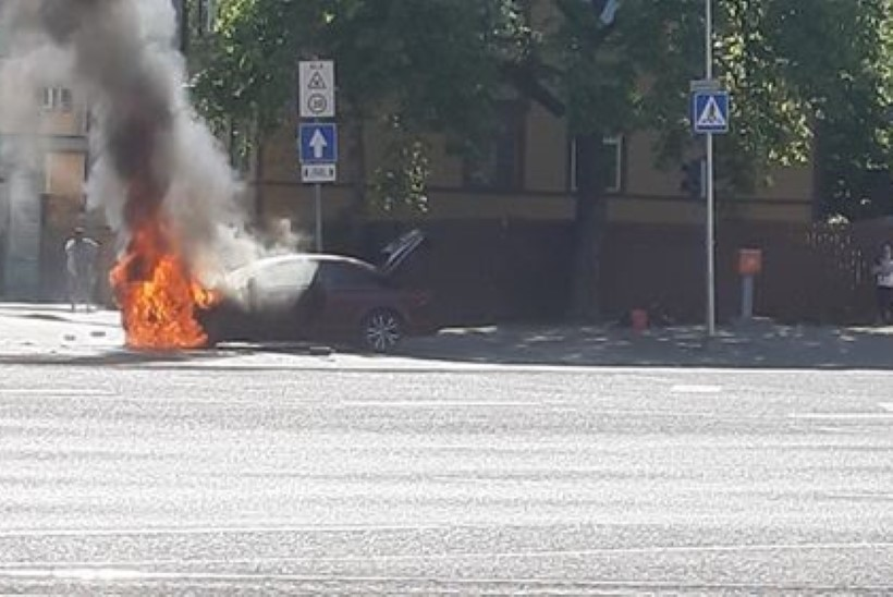 VIDEO JA FOTOD | Tallinnas süttis sõiduauto