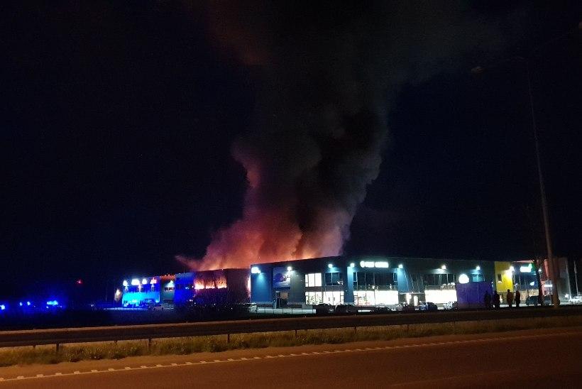 FOTOD JA VIDEO | Peetris põles suur ladu, enamus hoonest hävis