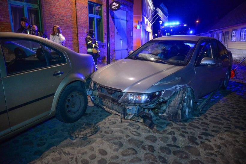 FOTOD   ANOMAALIA VILJANDIS: autod sõidavad majadele sisse