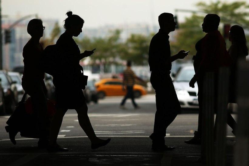 KEELATA KA JALAKÄIJATELE: New Yorgis soovitakse nutiseadmete kasutamine tänavatel keelustada