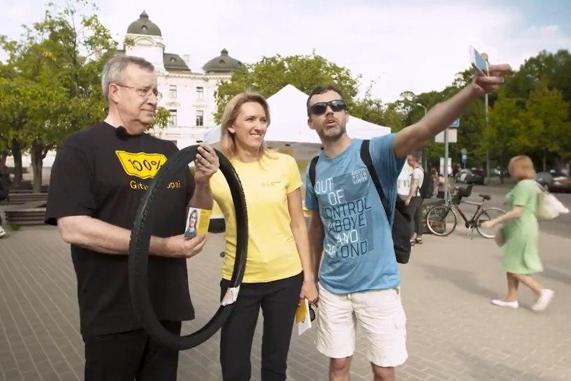 VIDEO | VALI IEVA! Toomas Hendrik Ilves teeb abikaasa heaks Läti tänavatel kampaaniat