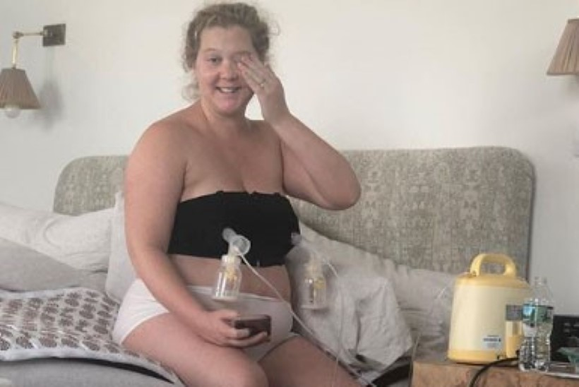 Emaks saanud koomik näitab, kuidas ta piima pumpab