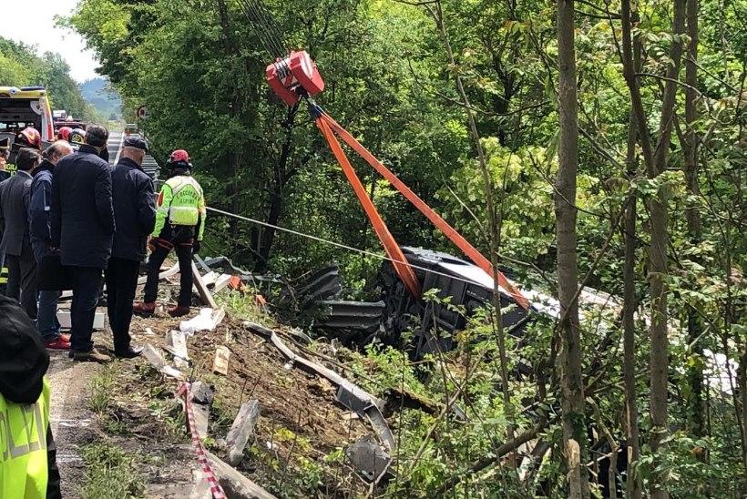 ÜKS SURNU ja KAHEKSA RASKELT VIGASTATUT: Itaalias läks kummuli vene turiste vedanud buss