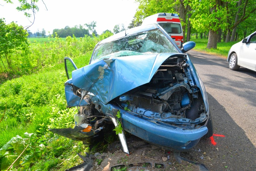 FOTOD   Viljandimaal sõitis auto vastu puud, sõidukis oli ka kaks last