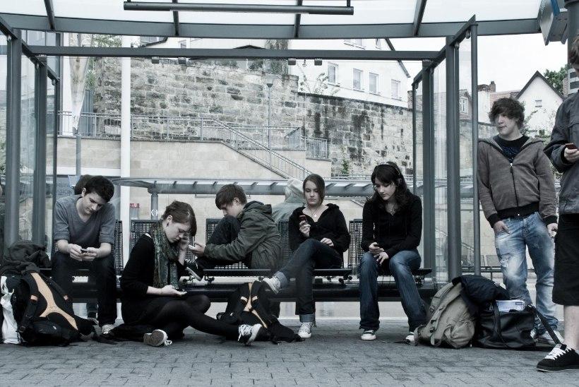 Kes ohjaks ühissõidukis rahu rikkuvaid noori muusikafänne?