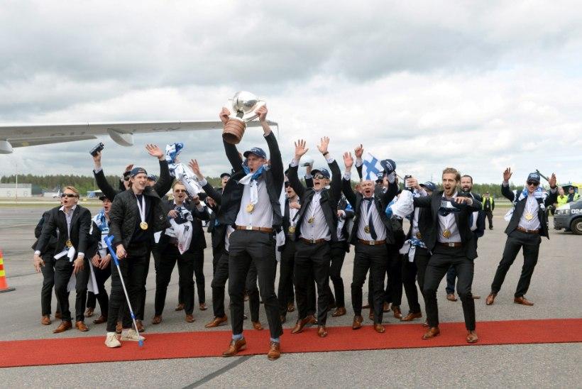 FOTOD | POJAD ON KODUS! Võidukas Soome hokikoondis maandus Vantaa lennuväljale