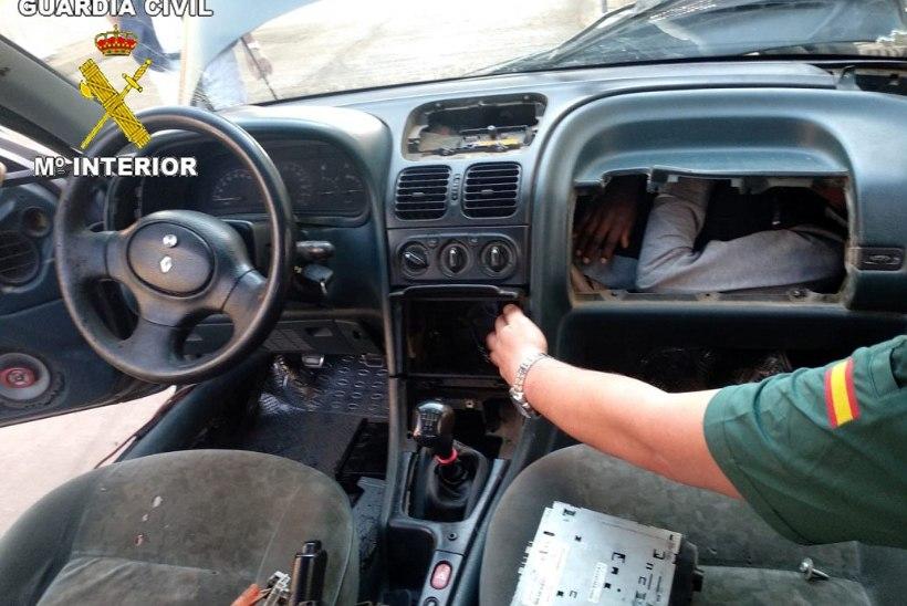 EBAHARILIK PEIDUKOHT: Hispaania piirivalve leidis auto kindalaekast Maroko immigrandi