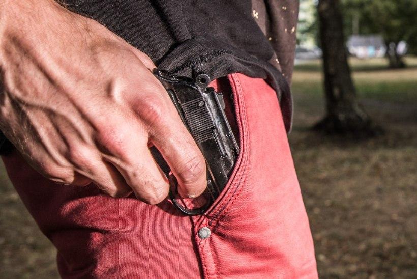 Sillamäel kooliõpilaste ees relvaga vehkinud mees lubas laste vanemad ära veristada, mees võeti üheks kuuks vahi alla