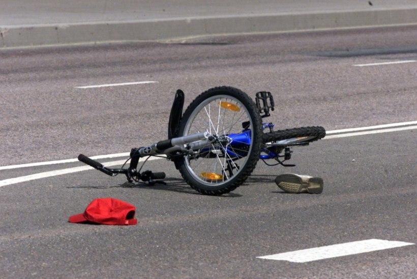 Purjus juht sõitis noortele jalgratturitele otsa ja põgenes