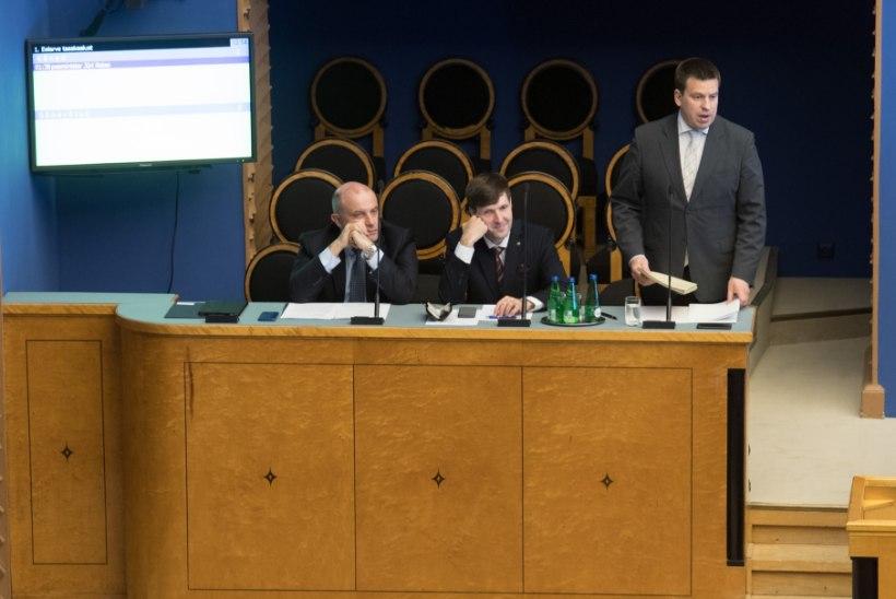 Segane alkoholipoliitika ja seiskunud palgatõus: peaminister sattus riigikogu turmtule alla
