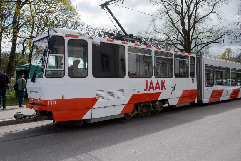 GALERII   VENEMAA FÄNNID TULID TEELE SAATMA: Eesti levimuusika kuninga Jaak Joala nimeline tramm möödub tema kunagistest koduakendest