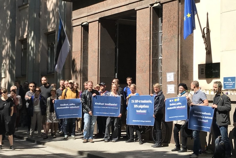 GALERII | 1% väike samm Eestile, suur samm teadusele: Tartus protestitakse teadusministeeriumi ees