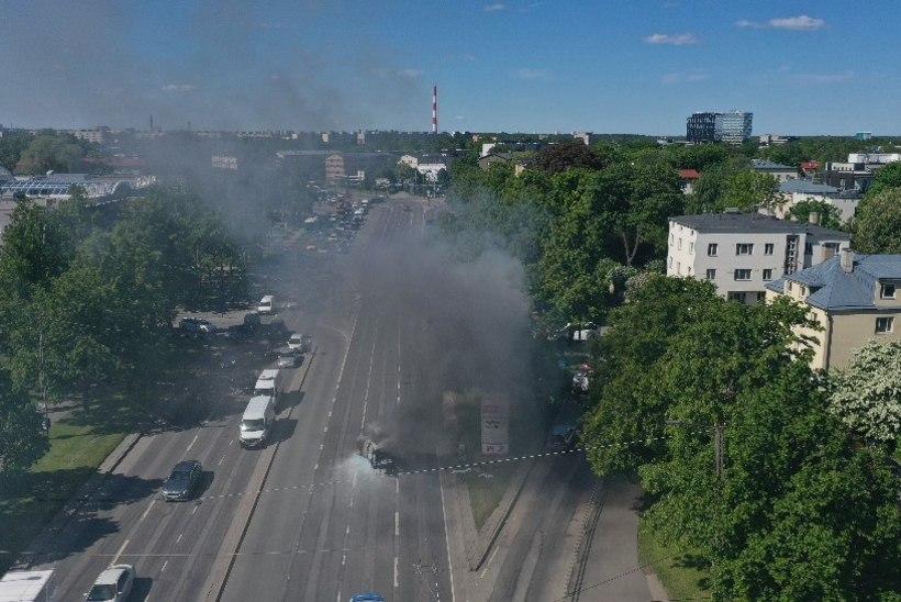 DROONFOTOD JA -VIDEO | Tallinnas Kristiine keskuse ees põles sõiduauto