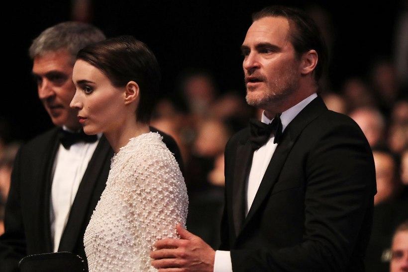 Joaquin Phoenix ja Rooney Mara paistavad altari poole tüürivat