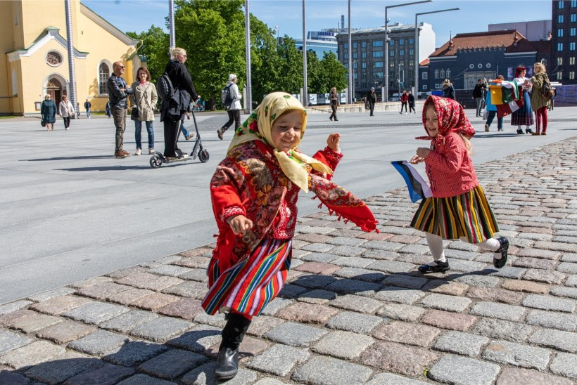 GALERII | Baltikumi suurim pärimuspidu algas rongkäiguga