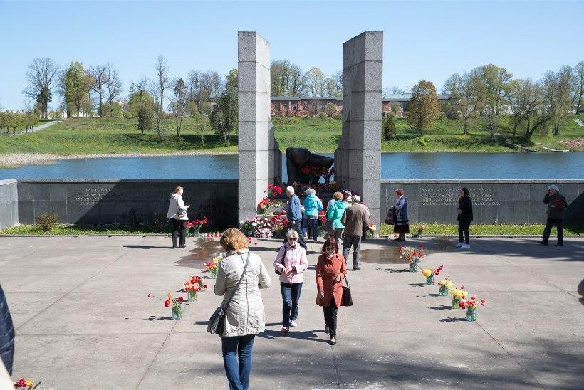 GALERII   Rõõmsad inimesed: Tartu Raadi nukker sõdur kaeti nelkidega