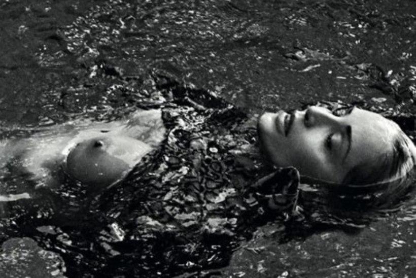VÄSIMATU VAMP: Sharon Stone (61) kiskus fotodel rinnad paljaks