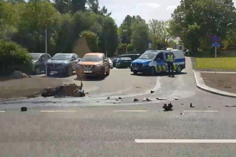 У Таллиннского зоопарка загорелся попавший в аварию мотоцикл