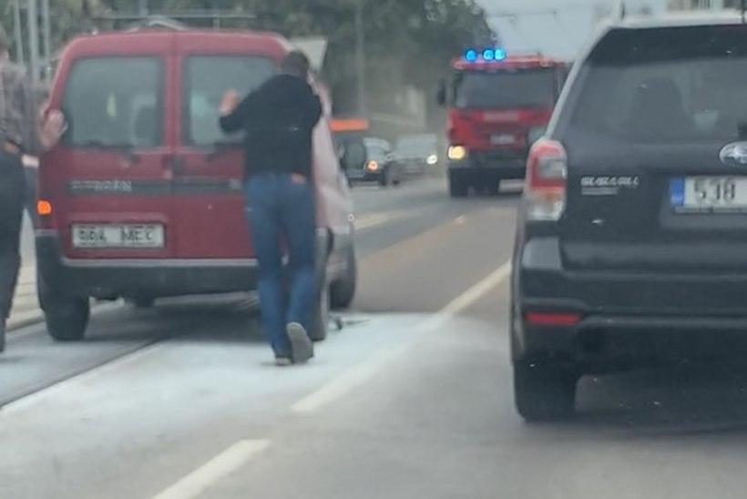 VIDEO | Mis toimub!? Tallinna tänaval läks järgmine sõiduk põlema