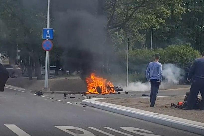 KARM VIDEO | Tallinna loomaaia juures süttis autoga kokku põrganud mootorratas