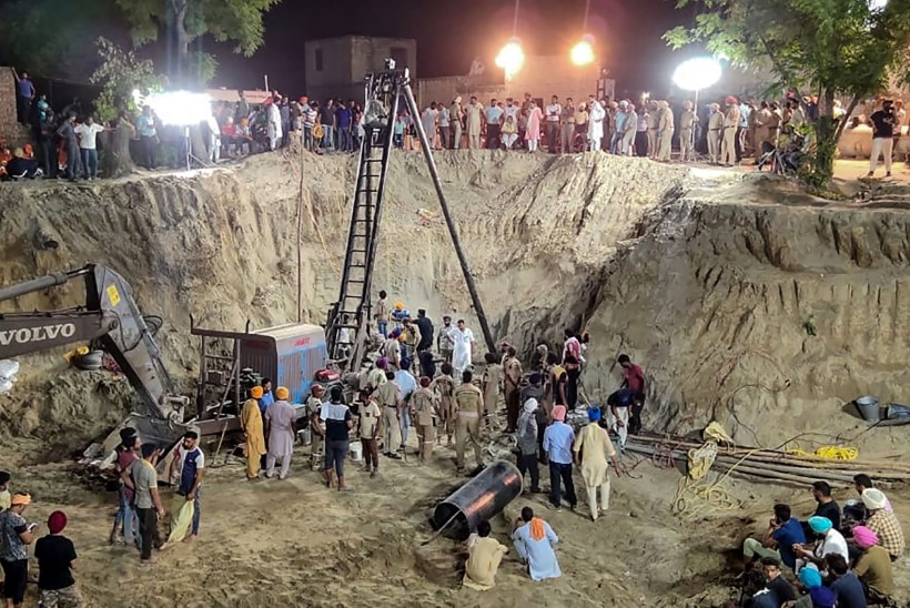 KURB... Indias suri neli ööpäeva kaevupõhjas lõksus olnud mudilane