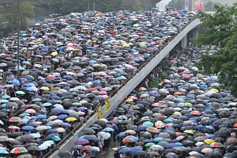 PUHKES VÄGIVALD: politsei nimetab Hong Kongi meeleavaldust mässuks