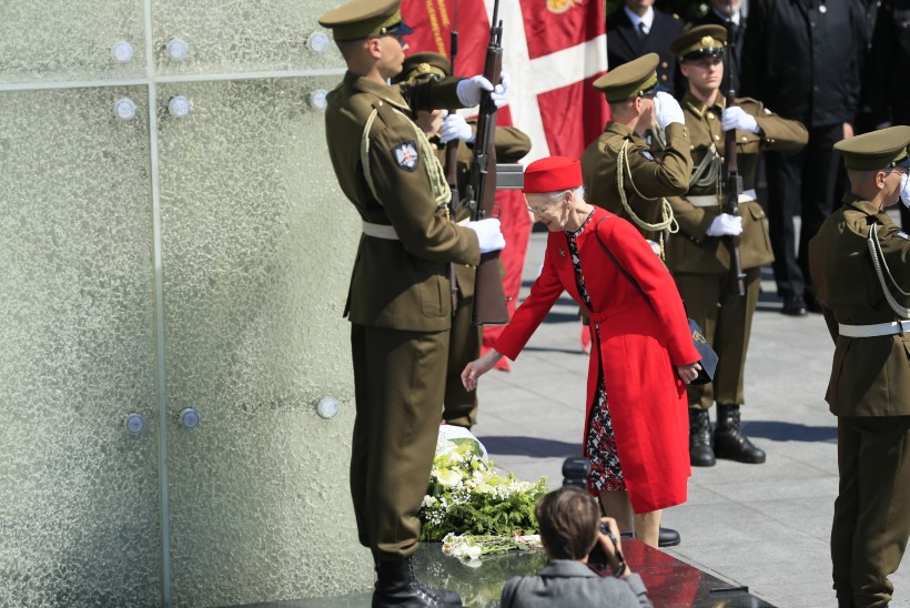 FOTOD | Kuninganna Margrethe II asetas Vabaduse väljakule pärja