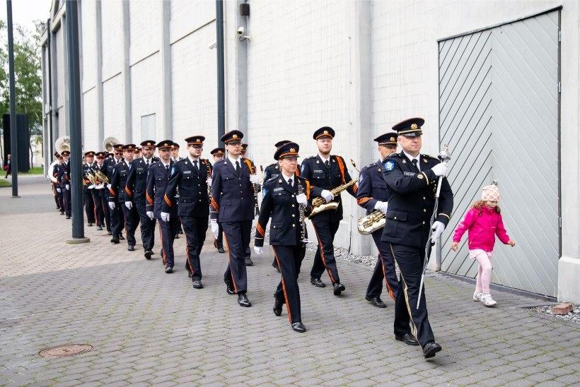 GALERII   UHKE JA SUURSUGUNE: kuninganna Margrethe II kohtus president Kaljulaidiga