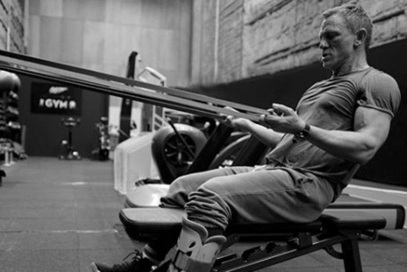 BOND ON TAGASI! Daniel Craig paugutab püstolit ja pumpab lihaseid