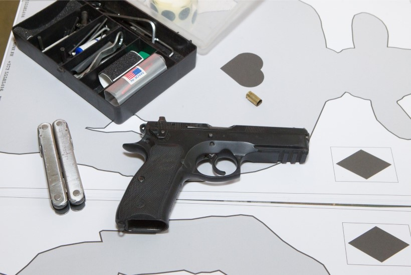 Politsei leidis Põhja-Tallinna korterist viis relvataolist eset