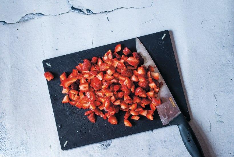 Suvine ahvatlus: kreemjas rullbiskviit maasikate ja rabarbriga