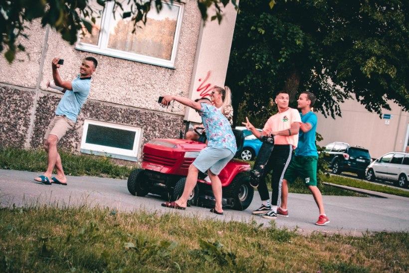 VIDEO JA FOTOD | Grete Paia sõidab uues muusikavideos Lasnamäel murutraktoriga: see oli päris huvitav kogemus
