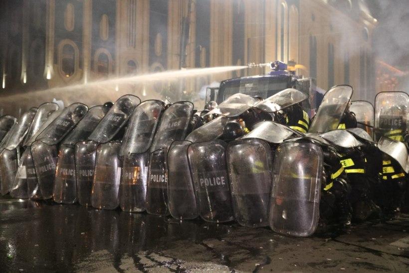 240 VIGASTATUT: Thbilisis üritasid tuhanded meeleavaldajad tungida parlamendihoonesse