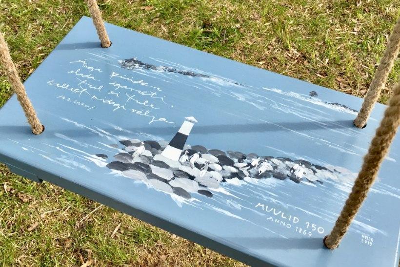 Pärnu parkidesse paigaldati kaheksa käsitsi maalitud muulide teemalist puidust kiike