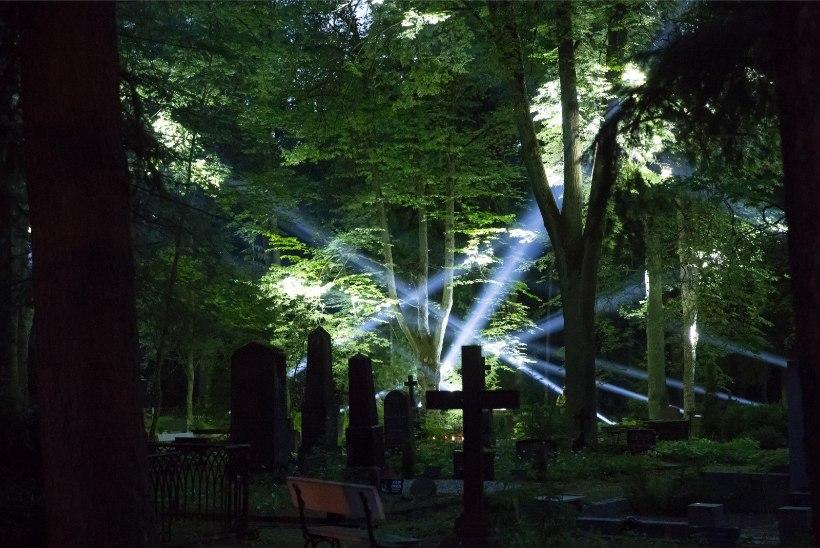 GALERII | Tartu laulupeo mälestustseremoonia: vaata, milline valgusemäng vallutas Raadi kalmistu!
