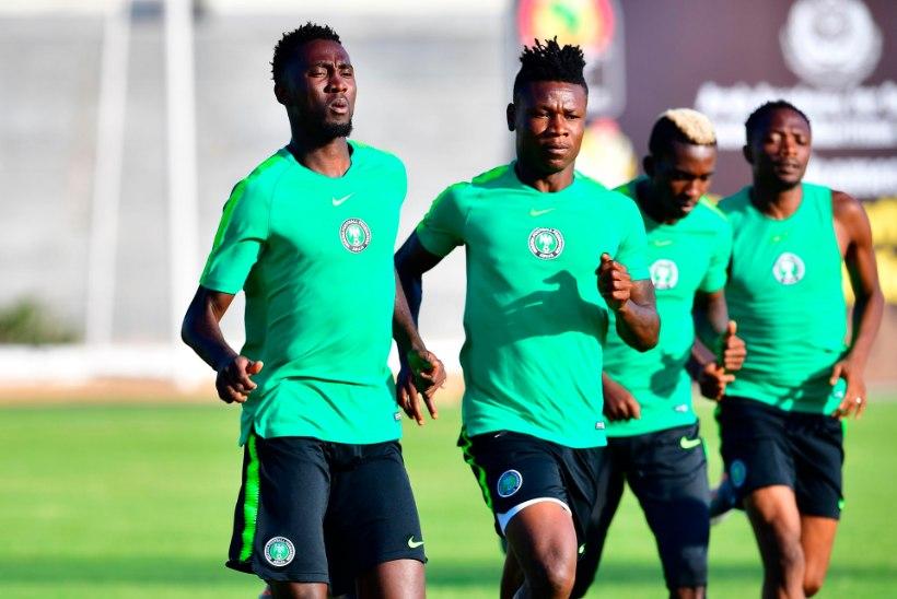 JUBE! Nigeeria jalgpallikoondislane kukkus treeningul kokku