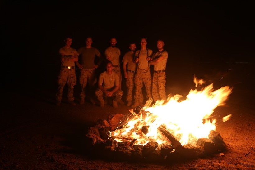 GALERII | Eesti kaitseväelased süütasid jaanilõlkke Malil