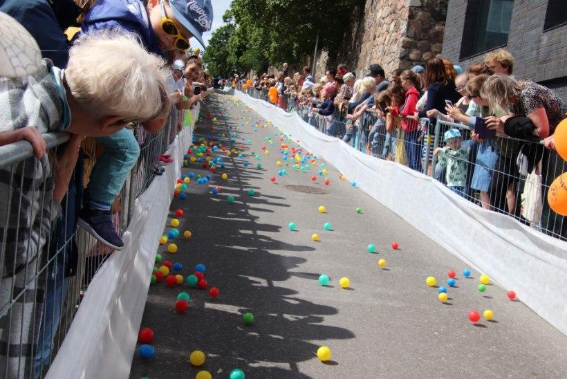 GALERII   Tartus veeretati Vanemuise mäest heategevuse nimel alla 10 000 värvilist palli