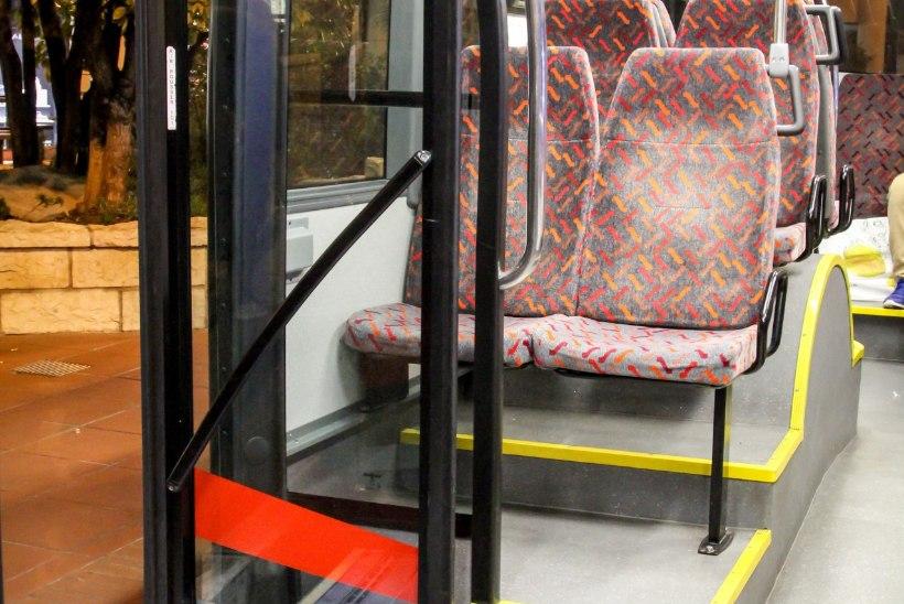 Naine jäi kättpidi bussi uste vahele