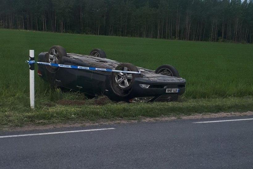 VIDEO | Viljandimaal 260 km/h kihutanud juht filmis seda, kuidas ta autoga üle katuse käis