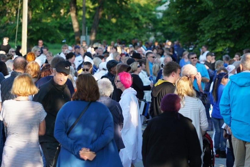 GALERII | Sajad inimesed moodustasid Põltsamaal suure sinimustvalge inimlipu